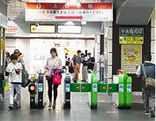 ① JR五反田駅東口から出る