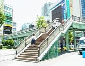 ② 右手の歩道橋を上がる