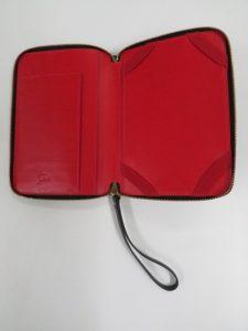 ルブタン特有の赤色を内部に採用