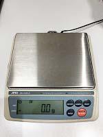 秤で重量を確認する