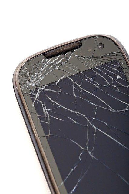 画面が割れたiPhone スマートフォン